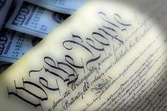 Конституция США при 100 долларовых банкнот сидя выше - концепция кризиса уровня задолженности Соединенных Штатов Стоковые Изображения