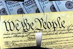 Конституция США при 100 долларовых банкнот сидя выше - концепция кризиса уровня задолженности Соединенных Штатов Стоковое Изображение RF