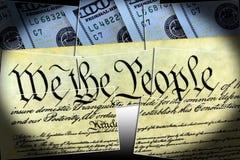 Конституция США при 100 долларовых банкнот сидя выше - концепция кризиса уровня задолженности Соединенных Штатов Стоковая Фотография RF