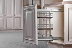 конструированный тип комнаты домашнего интерьера живя ретро Кухня - раскрытая дверь с мебелью Древесина и Chrome материальные, со стоковое изображение rf