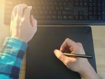 Конструировать используя ручку таблетки в офисе Стоковые Фотографии RF