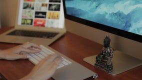 Конструировать на деревянном столе с Trackpad и компьютером видеоматериал