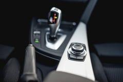 Конструируйте детали минималистских современных автомобильных деталей конца-вверх автоматической передачи и кнопок стоковое изображение rf