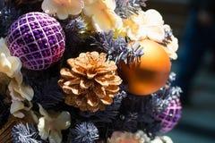 Конструируйте рождественскую елку с конусами праздника золотыми и шариками paurle на запачканной предпосылке bokeh в моле xmas ве Стоковое Фото