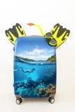 Конструируйте чемодан багажа с snorkelling в тропическом insi вод Стоковое Изображение