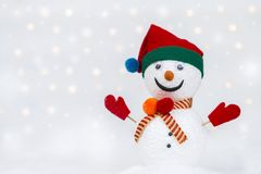 Конструируйте handmade человека снега на белом снеге над запачканной светлой предпосылкой bokeh стоковое фото