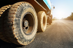 конструктивная тележка на дороге асфальта Стоковое Изображение RF