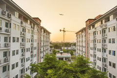 Конструктор здания с заходом солнца Стоковое Изображение RF