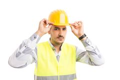 Конструктор или построитель исправляя его шляпа желтого цвета защиты трудная стоковое изображение rf