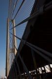 Конструкции стальных веревочек моста на предпосылке неба стоковое фото