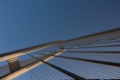 Конструкции стальных веревочек моста на предпосылке неба стоковое фото rf
