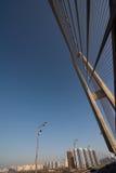 Конструкции стальных веревочек моста на предпосылке неба стоковые фотографии rf