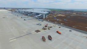 Конструкция авиапорта с взлётно-посадочная дорожка Вид с воздуха взлётно-посадочная дорожка авиапорта будет строительной площадко Стоковое Изображение RF