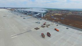 Конструкция авиапорта с взлётно-посадочная дорожка Вид с воздуха взлётно-посадочная дорожка авиапорта будет строительной площадко Стоковое Фото