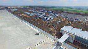 Конструкция авиапорта с взлётно-посадочная дорожка Вид с воздуха взлётно-посадочная дорожка авиапорта будет строительной площадко Стоковые Изображения RF