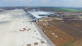 Конструкция авиапорта с взлётно-посадочная дорожка Вид с воздуха взлётно-посадочная дорожка авиапорта будет строительной площадко Стоковое фото RF