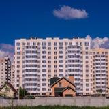 Конструкция больших жилых домов смещает малое ho Стоковые Фотографии RF