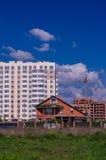 Конструкция больших жилых домов смещает малое ho Стоковая Фотография RF