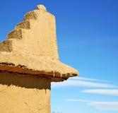 Конструкция Брайна старая в Африке Марокко и облаках около Стоковая Фотография RF
