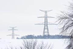 Конструкция высоковольтных опор в зиме стоковые изображения