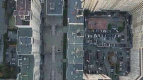 Конструкция в городе с манипулятором крана видео Взгляд сверху строительной площадки в городе Стоковые Изображения