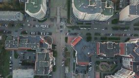 Конструкция в городе с манипулятором крана видео Взгляд сверху строительной площадки в городе Стоковое фото RF