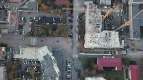 Конструкция в городе с манипулятором крана видео Взгляд сверху строительной площадки в городе Стоковое Изображение