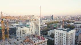 Конструкция в городе с манипулятором крана видео Взгляд сверху строительной площадки в городе Стоковые Фотографии RF