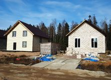 Конструкция деревни коттеджа Этапы конструкции частного дома вне города r стоковые изображения