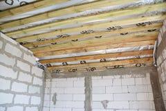 Конструкция дома здания от белых блоков с membane потолка делать водостойким и изоляции стоковые фото