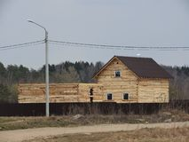 Конструкция дома сделанного из прокатанного пиломатериала облицовки Рамка дома Коттедж сделанный из клееной древесины Раскрытие  стоковое фото