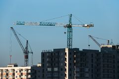 Конструкция жилого многоэтажного здания Фото крана конструкции устанавливая палубы пола стоковое изображение