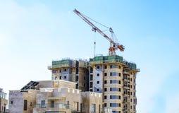 Конструкция жилого дома мульти-этажа с краном Стоковые Фото