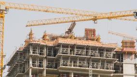Конструкция здания мульти-этажа в Дубай Краны конструкции в движении Timelapse видеоматериал