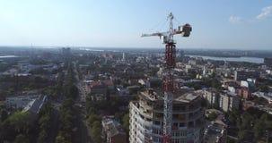 Конструкция здания мульти-этажа, кран башни, незаконченное здание мульти-этажа, здание высокий подъем, панорамный акции видеоматериалы