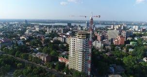 Конструкция здания мульти-этажа, кран башни, незаконченное здание мульти-этажа, здание высокий подъем, панорамный сток-видео