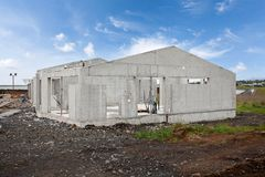 Конструкция здания нового белого конкретного дома Стоковая Фотография