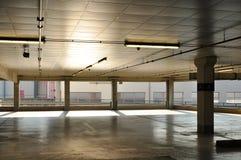 конструкция зодчества дробит стоянку автомобилей на участки стоковая фотография rf