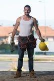 Конструкция инженера нося желтый шлем стоковая фотография