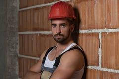 Конструкция инженера нося красный шлем стоковая фотография rf