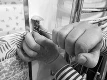 Конструкция и ремонт - профессиональные инструмент и отвертка в руках построителя стоковое фото rf