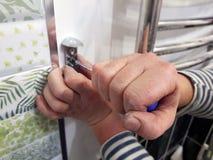 Конструкция и ремонт - профессиональные инструмент и отвертка в руках построителя стоковые фотографии rf