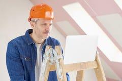конструкция камеры смотря работника портрета smilling Стоковые Фото