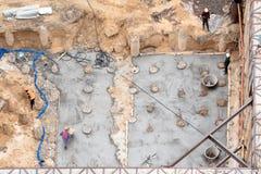 Конструкция конкретного учреждения нового здания Воздушное взгляд сверху работников строительной площадки выравнивая цемент внутр Стоковое Фото