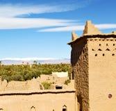 конструкция коричневой башни старая в Африке Марокко и облаках Стоковое Фото