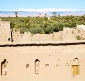конструкция коричневой башни старая в Африке Марокко и облаках Стоковые Изображения