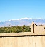 конструкция коричневой башни старая в Африке Марокко и облаках Стоковая Фотография