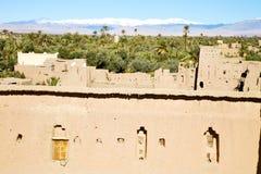 конструкция коричневой башни старая в Африке Марокко и облаках Стоковые Фото