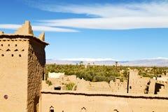 конструкция коричневой башни старая в Африке Марокко и облаках Стоковая Фотография RF