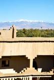 конструкция коричневой башни старая в Африке Марокко и облаках Стоковые Изображения RF